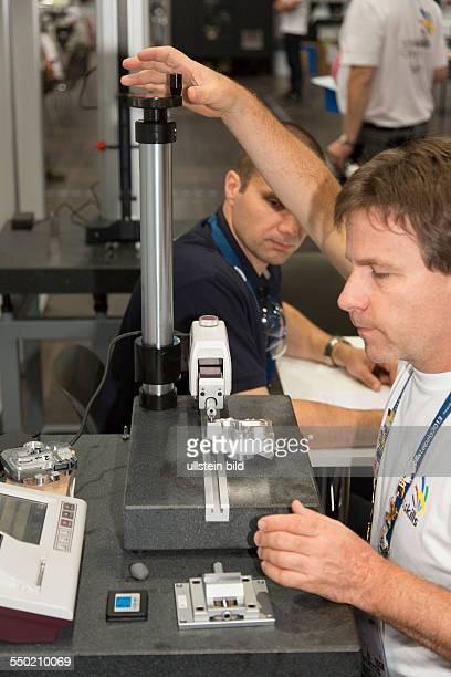BerufeWeltmeisterschaft in Leipzig Juror bei der Bewertung der Arbeit der Teilnehmer Vermessen eines Werkstücks