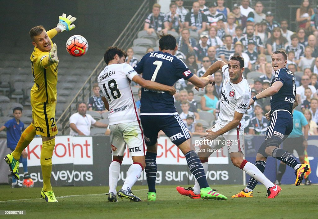 <a gi-track='captionPersonalityLinkClicked' href=/galleries/search?phrase=Besart+Berisha&family=editorial&specificpeople=737057 ng-click='$event.stopPropagation()'>Besart Berisha</a> (R) of the Victory beats goalkeeper Andrew Redmayne of the Wanderers to score the first goal during the round 18 A-League match between the Melbourne Victory and Western Sydney Wanderers at Etihad Stadium on February 6, 2016 in Melbourne, Australia.
