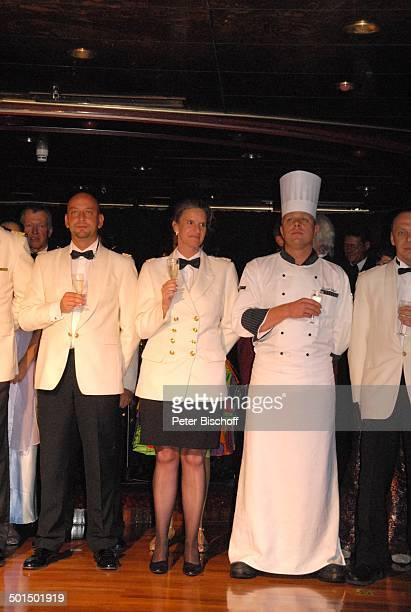 Besatzung vom Kreuzfahrtschiff MS 'Astoria' Schiff Luxusliner Gruppe Team Crew unter Deck SektEmpfang Champagner Alkohol Glas Uniform Reise AS DIG...