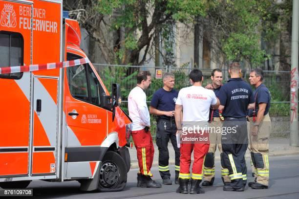 Beschädigter Rettungswagen der Berliner Feuerwehr nach einem Verkehrsunfall