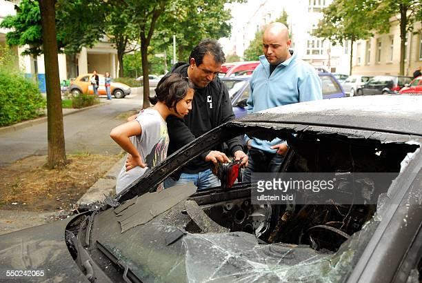 Besitzer Murat S berachten seinen susgebrannten PKW VW Passat nach einem vermutlichen Brandanschlag in der Adalbertstrasse in BerlinKreuzberg