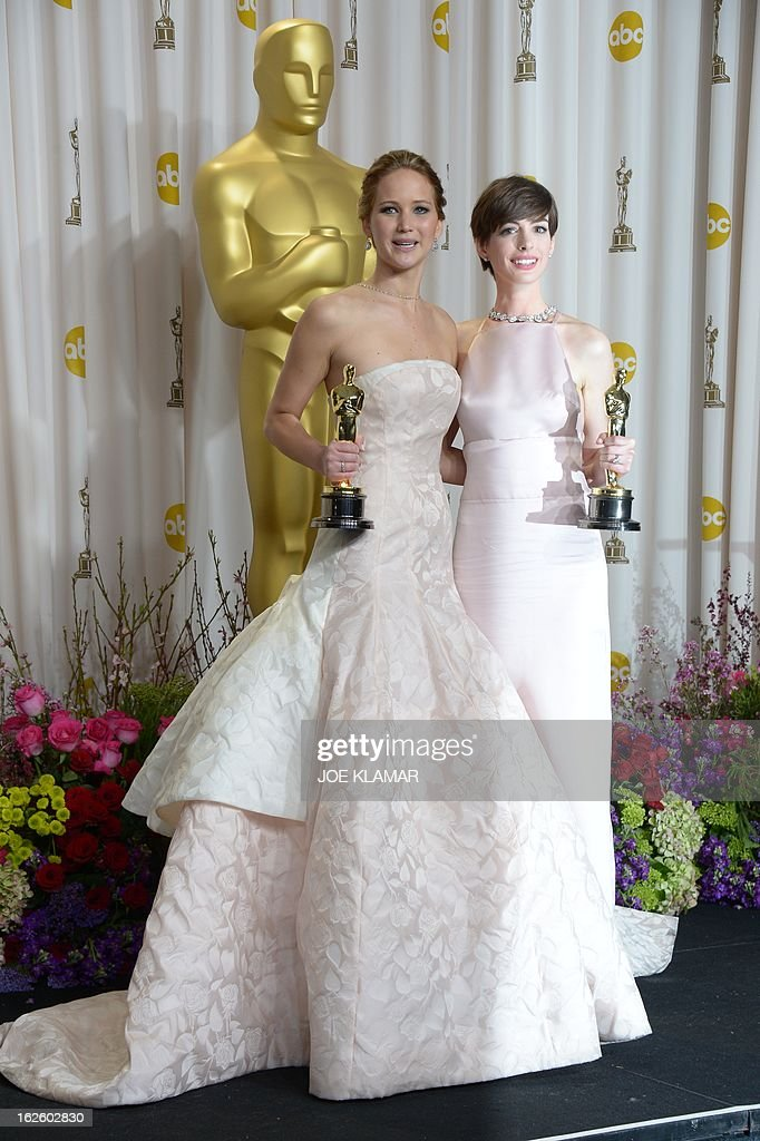 Best Actress Jennifer Lawrence (L) stands with Best Supporting Actress Anne Hathaway (R) during the 85th Academy Awards on February 24, 2013 in Hollywood, California. AFP PHOTO / Joe KLAMAR