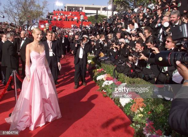 Best Actress nominee Gwyneth Paltrow arrives 21 March 1999 at the Dorothy Chandler Pavilion in Los Angeles CA for the 71st Annual Academy Awards...