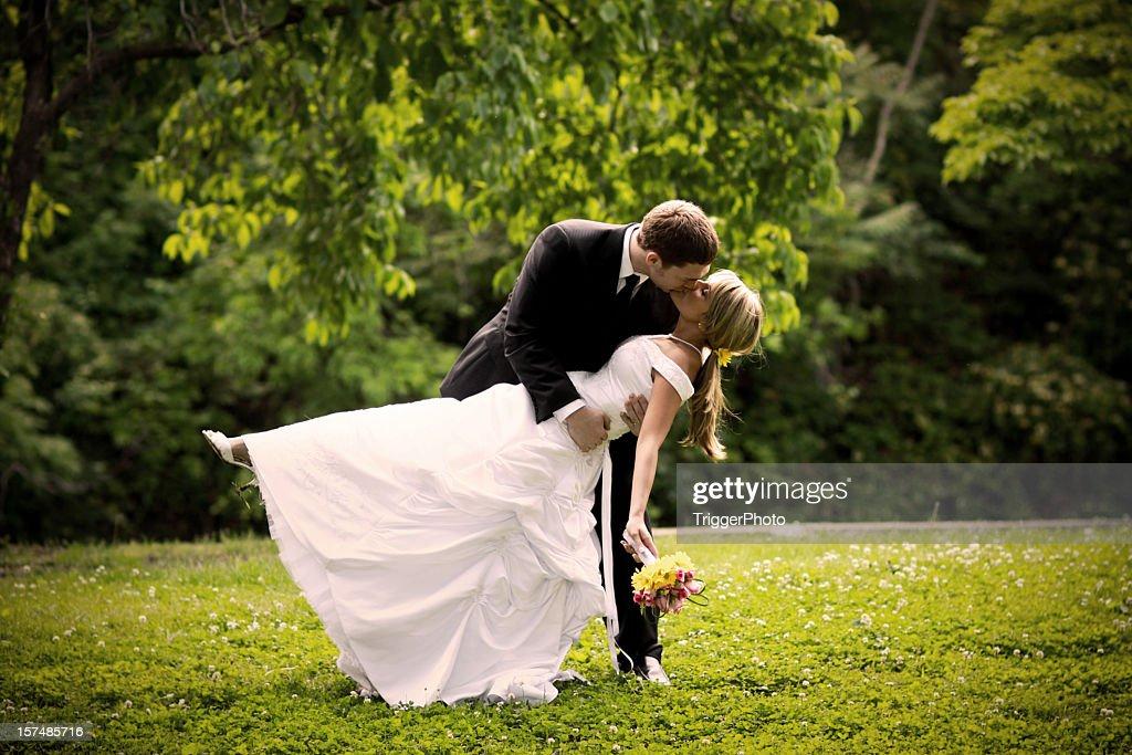 Migliore abito da sposa sposa e lo sposo Baciare : Foto stock