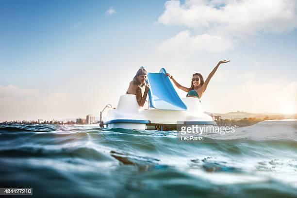 Meilleur (e) ami (e) à profiter de l'été et le pédalo loisirs