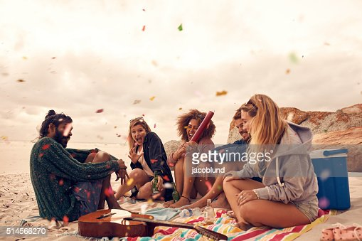 ベストご友人とご一緒にビーチパーティ : ストックフォト