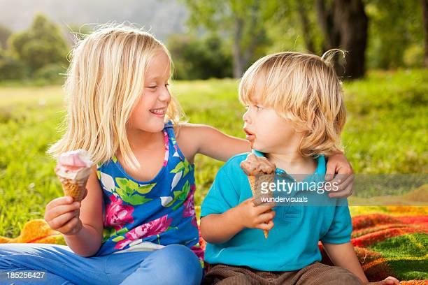 Meilleures amies manger la crème glacée