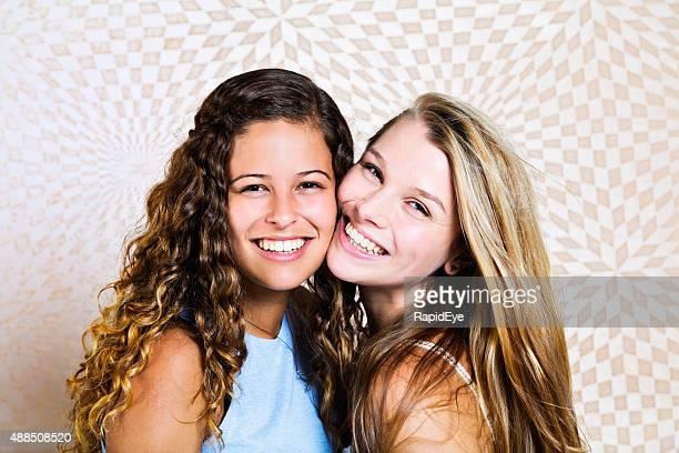 Meilleurs amis pour toujours ! Deux jolies jeunes filles posent ensemble souriant