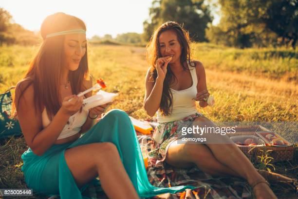 Beste Freunde, die gute Zeit in der Natur an einem Sommertag