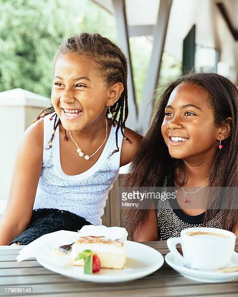 Meilleurs amis de rire, de petites filles s'amusant