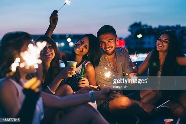 Beste Freunde auf einer party auf dem Dach