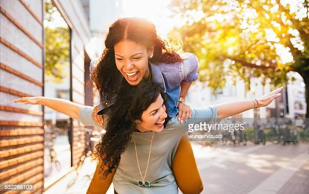 Meilleurs amis Porter sur le dos de l'autre dans la zone urbaine