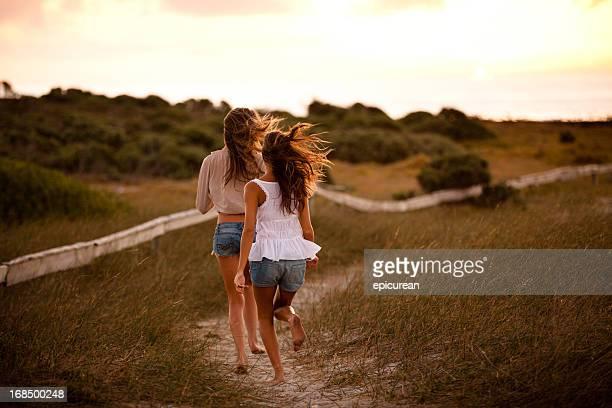 Beste Freunde laufen zusammen in den Sonnenuntergang