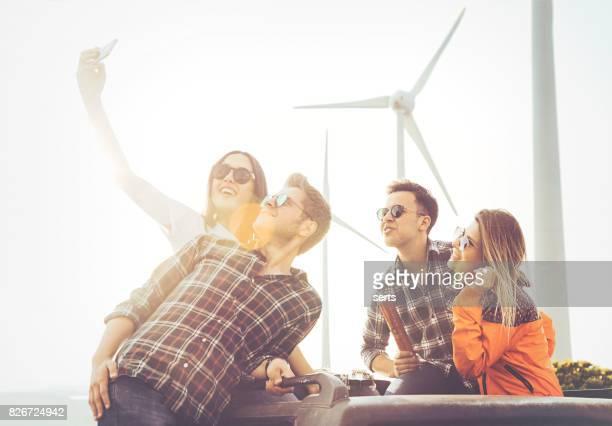 Beste Freunde nehmen Selfie im sonnigen Sommertag im freien