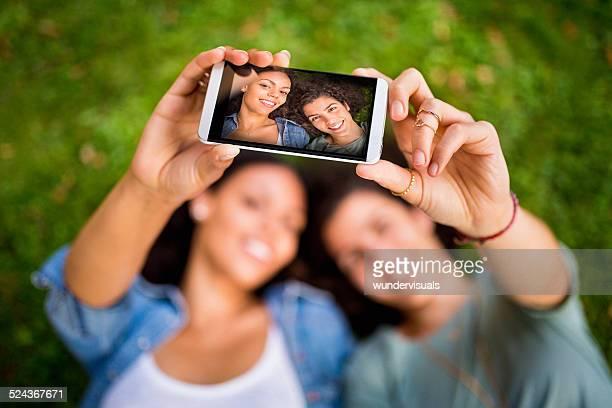 Best Girl Lying On Grass Freunde zusammen nimmt eine Selfie