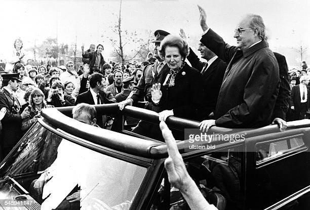 Besuch von Premierministerin Thatcher in Berlin Margaret Thatcher und Bundeskanzler Helmut Kohl auf der Fahrt im offenen Auto durch die Stadt