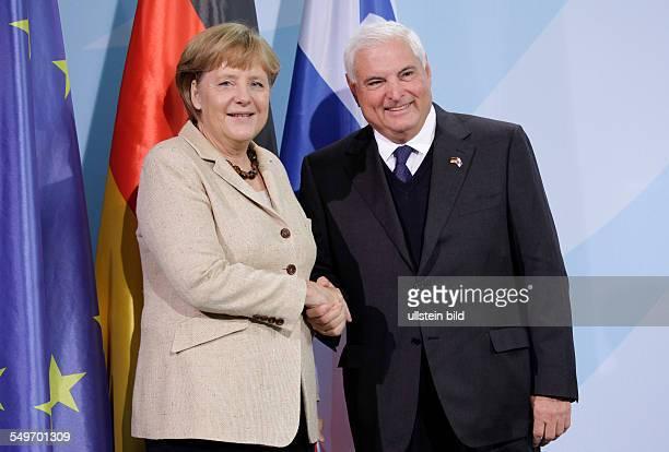 Besuch von Ricardo Martinelli Staatspräsident der Republik Panama in Berlin Merkel und Martinelli geben sich die Hand