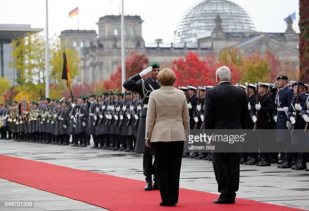 Besuch von Ricardo Martinelli Staatspräsident der Republik Panama in Berlin Martinelli und Angela Merkel beim Abschreiten einer Ehrenformation
