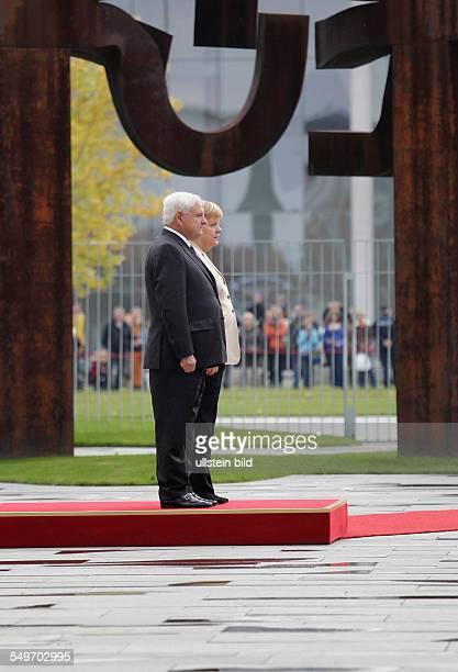 Besuch von Ricardo Martinelli Staatspräsident der Republik Panama in Berlin Martinelli und Angela Merkel Begrüßung mit militärischen Ehren
