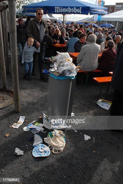 Besucher am BierStand 'Schau der 16 Bundesländer zum 20Tag der Deutschen Einheit' LänderBoulevard PartyMeile in der †berseestadt Europahafen Bremen...