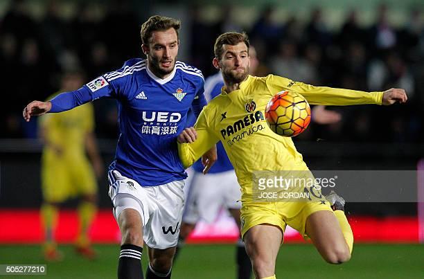 Betis' Argentinian defender German Pezzela vies with Villarreal's Brazilian forward Leonardo Carrilho Baptistao during the Spanish league football...