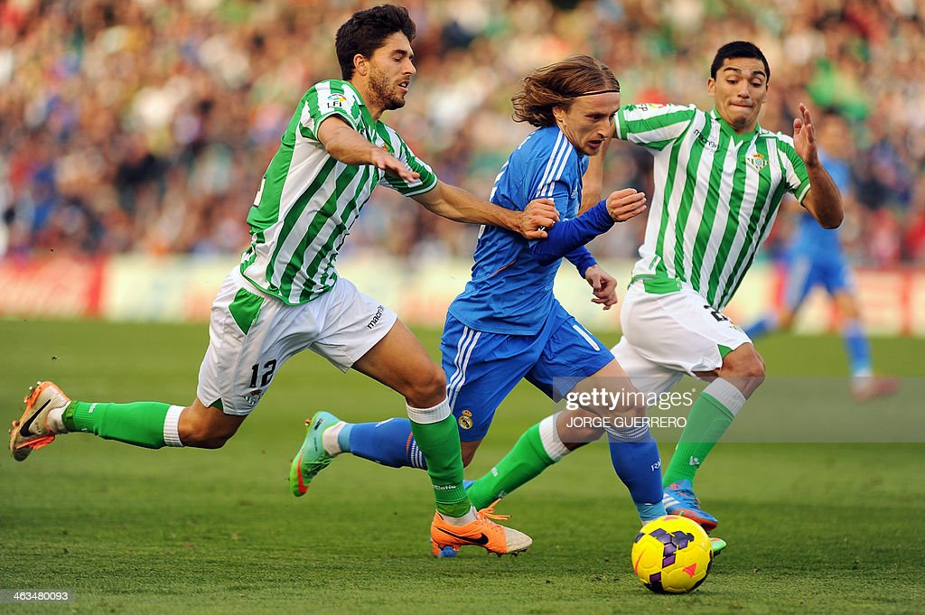 Betis' defender Didac Vila (L) vies with Real Madrid's Croatian midfielder Luka Modric during the Spanish league football match Real Betis vs Real Madrid on January 18, 2014 at the Benito Villamarin stadium in Sevilla.
