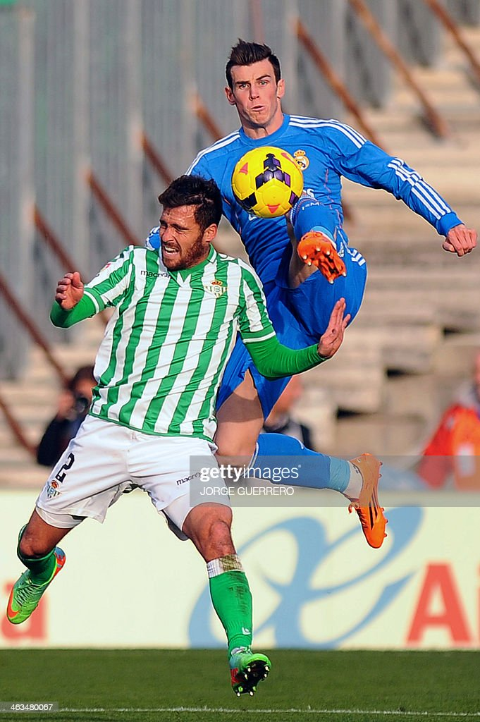 Betis' defender Javier Chica (L) vies with Real Madrid's Welsh forward Gareth Bale during the Spanish league football match Real Betis vs Real Madrid on January 18, 2014 at the Benito Villamarin stadium in Sevilla.