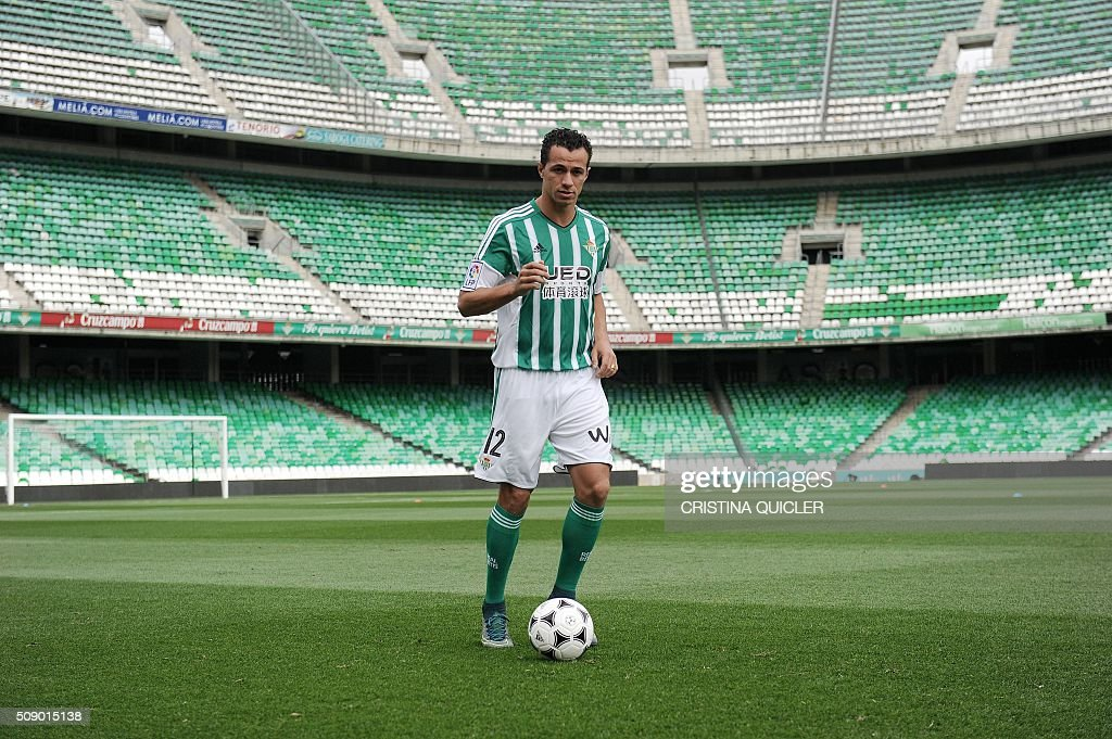 Betis' new signing Brazilian Leandro Damiao controls a ball during his official presentation at the Benito Villamarin stadium in Sevilla on February 8, 2016. / AFP / CRISTINA QUICLER