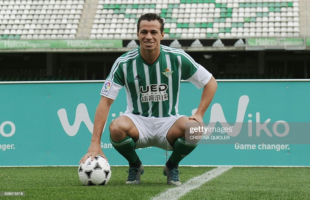 Betis' new signing Brazilian Leandro Damiao poses with a ball during his official presentation at the Benito Villamarin stadium in Sevilla on February 8, 2016. / AFP / CRISTINA QUICLER