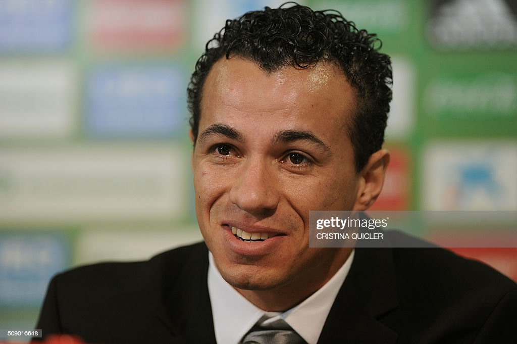 Betis' new signing Brazilian Leandro Damiao smiles during a press conference for his official presentation at the Benito Villamarin stadium in Sevilla on February 8, 2016. / AFP / CRISTINA QUICLER