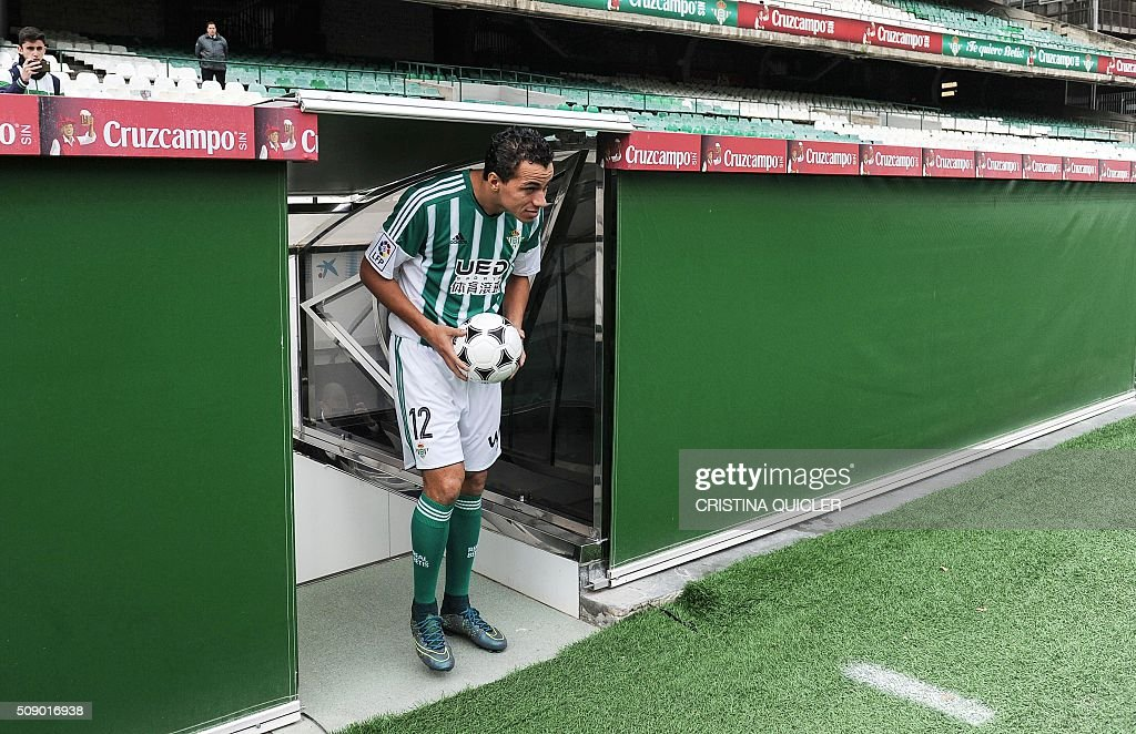 Betis' new signing player Brazilian Leandro Damiao arrives onto the field for his official presentation at the Benito Villamarin stadium in Sevilla on February 8, 2016. / AFP / CRISTINA QUICLER