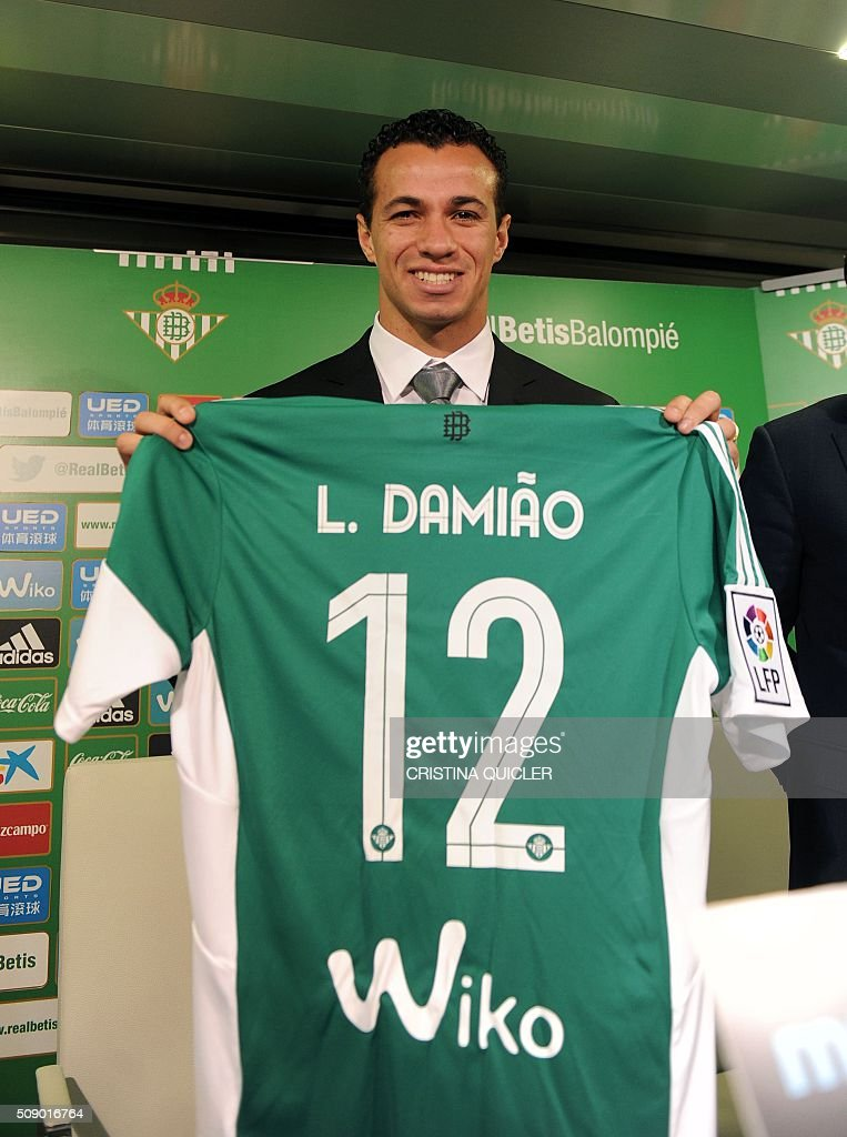Betis' new signing player Brazilian Leandro Damiao poses with his new team jersey during a press conference for his official presentation at the Benito Villamarin stadium in Sevilla on February 8, 2016. / AFP / CRISTINA QUICLER