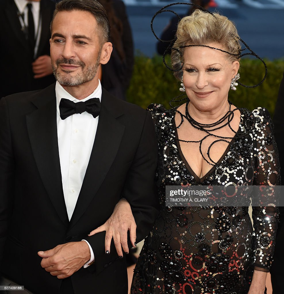 Bette Midler and Marc Jacobs arrive for the Costume Institute Benefit at The Metropolitan Museum of Art May 2, 2016 in New York. / AFP / TIMOTHY