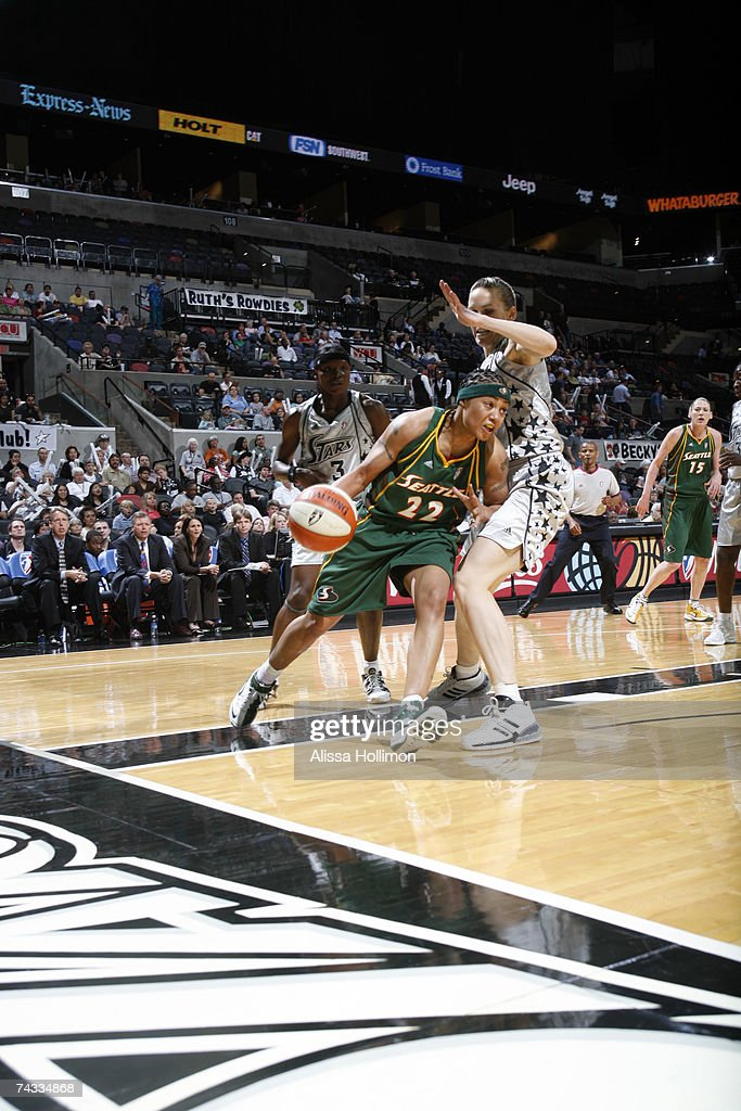 Betty Lennox #22 of the Seattle Storm drives against Erin Buescher #12 of the San Antonio Silver Stars during the game at the AT&T Center on May 25, 2007 in San Antonio, Texas.