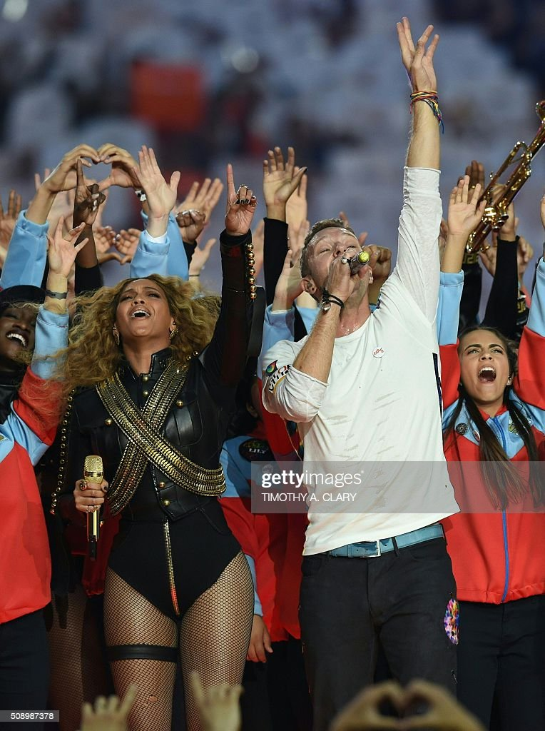 Beyonce and Chris Martin perform during Super Bowl 50 between the Carolina Panthers and the Denver Broncos at Levi's Stadium in Santa Clara, California, on February 7, 2016. / AFP / TIMOTHY A. CLARY