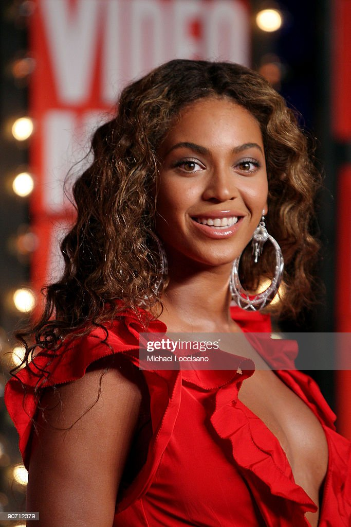 Beyonce arrives at the 2009 MTV Video Music Awards at Radio City Music Hall on September 13, 2009 in New York City.