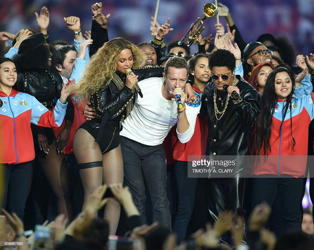 Beyonce, Chris Martin and Bruno Mars perform during Super Bowl 50 between the Carolina Panthers and the Denver Broncos at Levi's Stadium in Santa Clara, California, on February 7, 2016. / AFP / TIMOTHY A. CLARY
