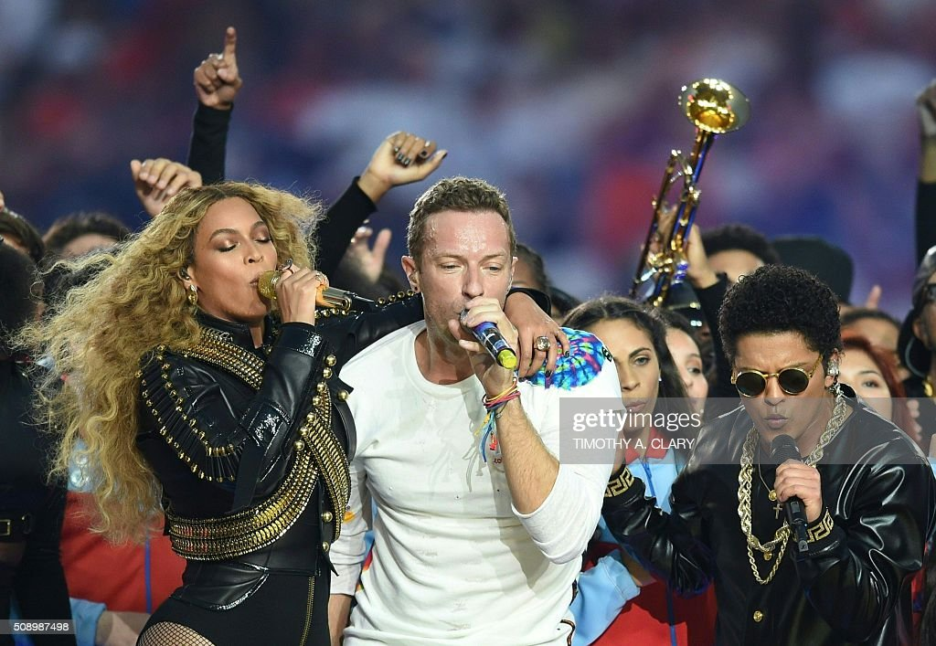 TOPSHOT - (L-R) Beyonce, Chris Martin and Bruno Mars perform during Super Bowl 50 between the Carolina Panthers and the Denver Broncos at Levi's Stadium in Santa Clara, California, on February 7, 2016. / AFP / TIMOTHY
