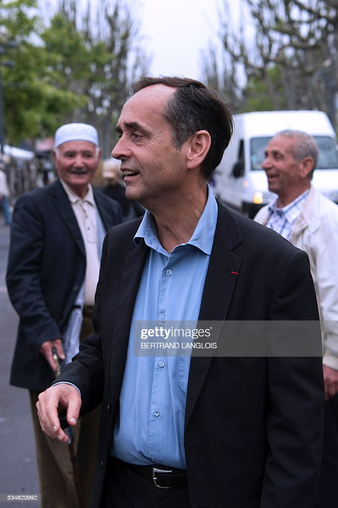 Beziers' mayor Robert Menard walks in Beziers, southern France, on May 28, 2016 during 'Le Rendez-vous de Beziers' political meeting. Menard launched his own political movement 'Oz ta Droite'. / AFP / BERTRAND