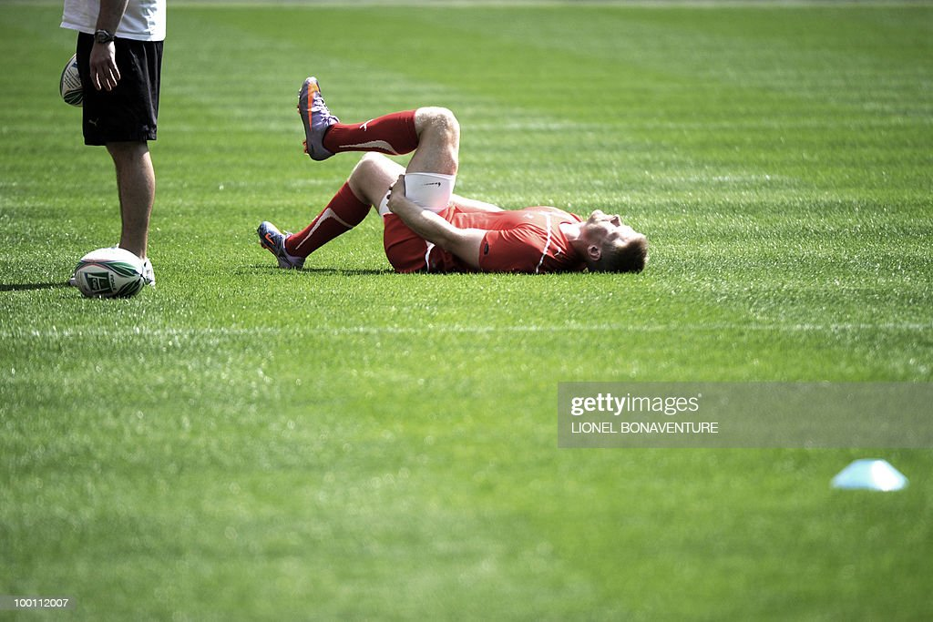 Biarritz Olympique's fullback Lain Ballshaw stretches during the captain's run training session on May 21, 2010 at the Stade de France in Saint-Denis, north of Paris, on the eve of the H-Cup rugby final match Toulouse versus Biarritz.