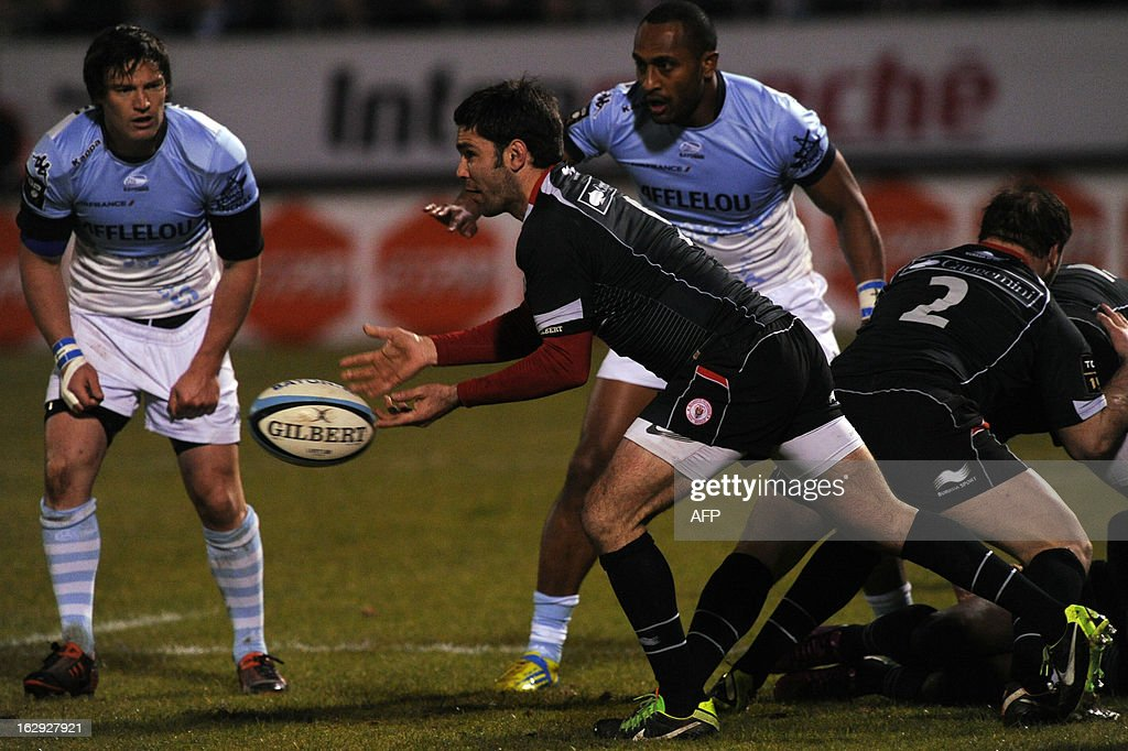 Biarritz's french scrum-half Dimitri Yachvili (C) passes the ball during the French Top16 rugby union match Aviron Bayonnais vs BOPB (Biarritz Olympique Pays-basque) on March 1,2013 at the Jean Dauger stadium in Bayonne.