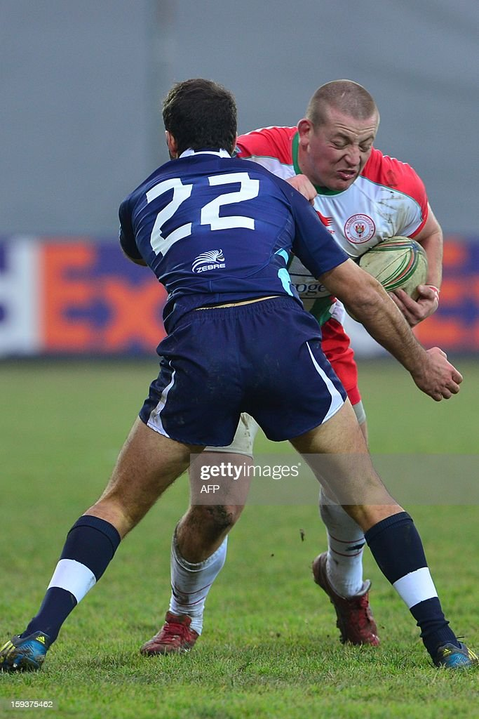 Biarritz's Thomas Synaeghel (back) vies with Zebre's Alberto Benettin during the European Rugby Union H Cup match Zebre Parme vs Biarritz Olympique at the XXV Aprile stadium in Parma on January 12, 2013. AFP PHOTO / GIUSEPPE CACACE