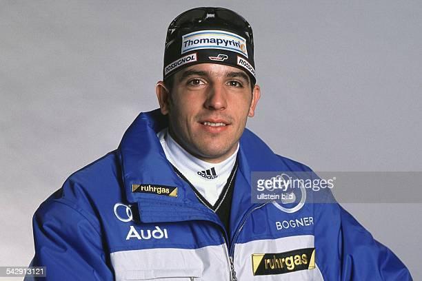 Biathlet Ricco Groß Er trägt eine schwarze Mütze mit der Aufschrift 'Thomapyrin' Deutscher Skiverband Saison 2000/2001 Biathlon Skisport
