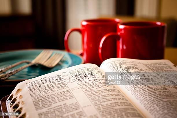 Bíblia e café conjunto de duas chapas com vermelho canecas