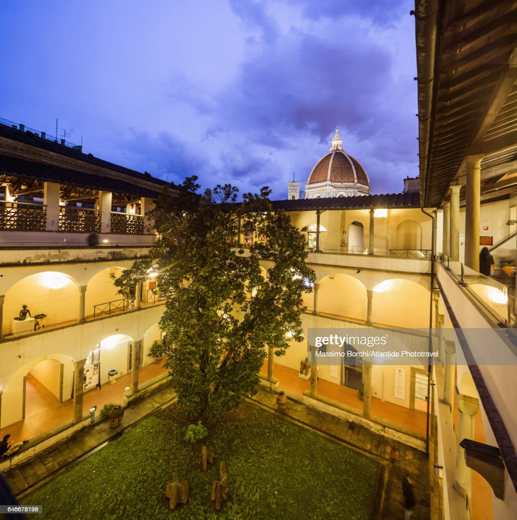 Biblioteca (Library) delle Oblate, the cloister and, on the background, the dome of the Cattedrale (Cathedral, Duomo) di Santa Maria del Fiore : Stockfoto