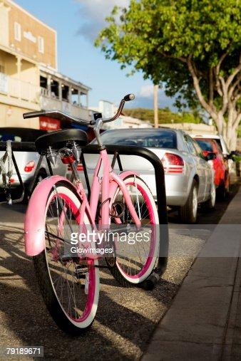 Bicycle and cars parked at the roadside, Lahaina, Maui, Hawaii Islands, USA : Foto de stock