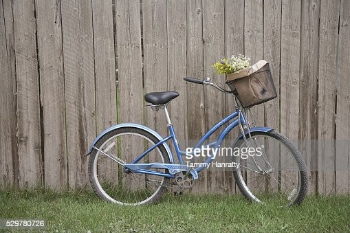 Bicycle leaning against fence : Stock-Foto
