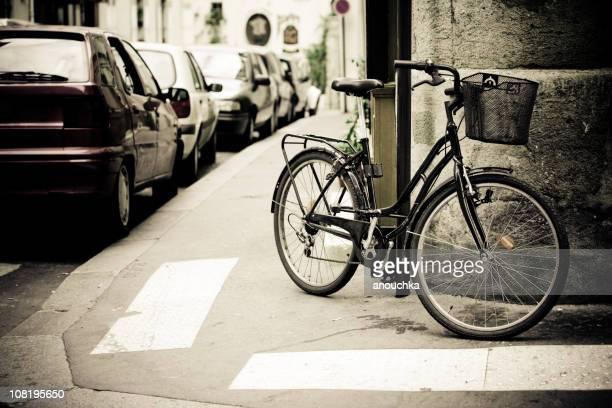 Vélo s'appuyant sur Paris rue près de voitures en