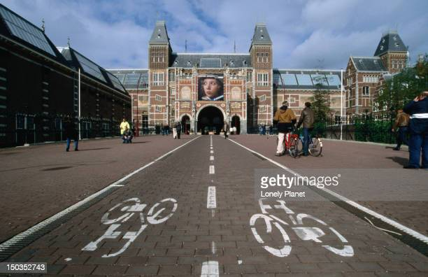 Bicycle path leading up to the Rijksmuseum, Stadhouderskade 42.