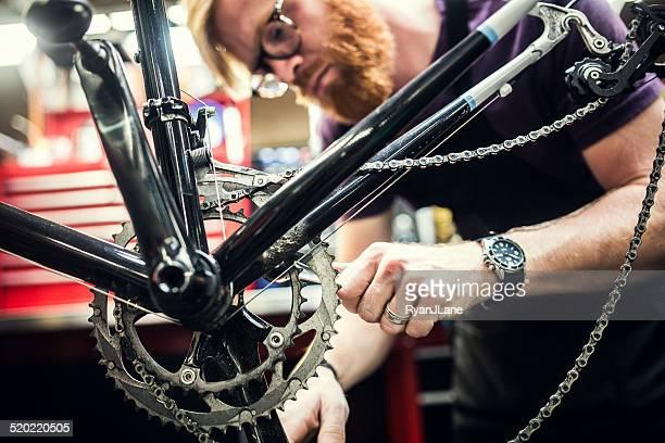 Fahrrad-Reparaturwerkstatt und Arbeiten Mann